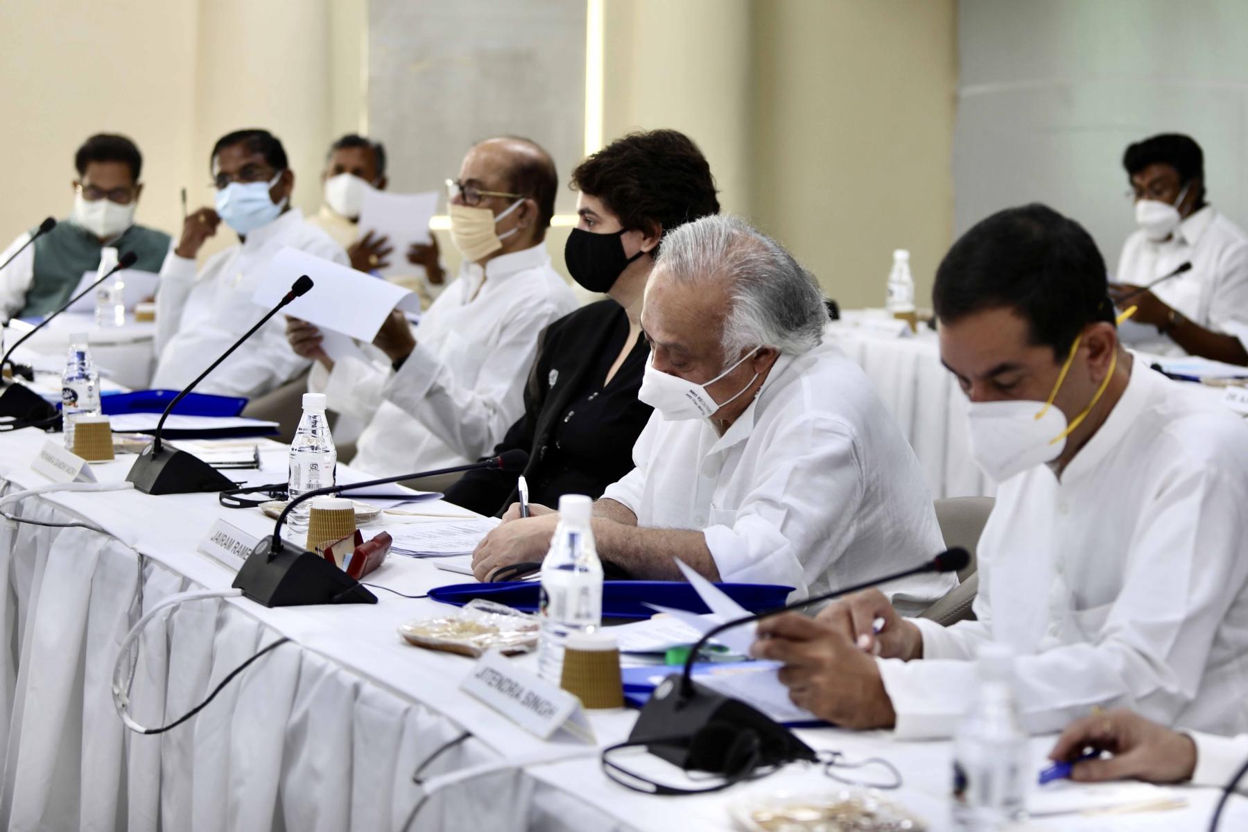 कार्यालय में कार्यसमिति की बैठक में कांग्रेस की अंतरिम अध्यक्ष सोनिया गांधी और पूर्व अध्यक्ष राहुल गांधी, कांग्रेस महासचिव प्रियंका गांधी वाड्रा ठक