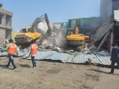 इंदौरः भूमाफिया प्रवीण अजमेरा के अवैध निर्माण पर चला बुलडोजर