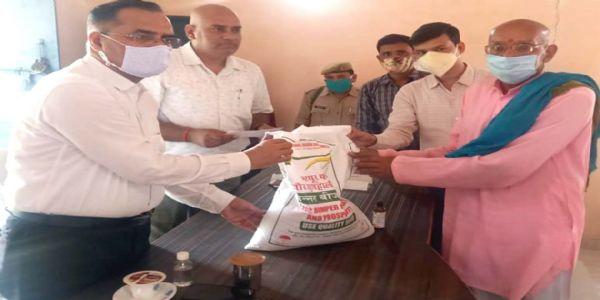 डीएम शुभ्रांत कुमार शुक्ल ने किसानों को बांटी मिनी किट