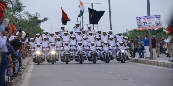 ग्वालियरः सीमा सुरक्षा बल मोटर साईकिल टीम जाँबाज द्वारा डेयर डेविल शो का आयोजन
