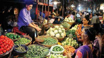 लक्ष्मी पूजा से पहले फलों और सब्जियों के दाम आसमान पर