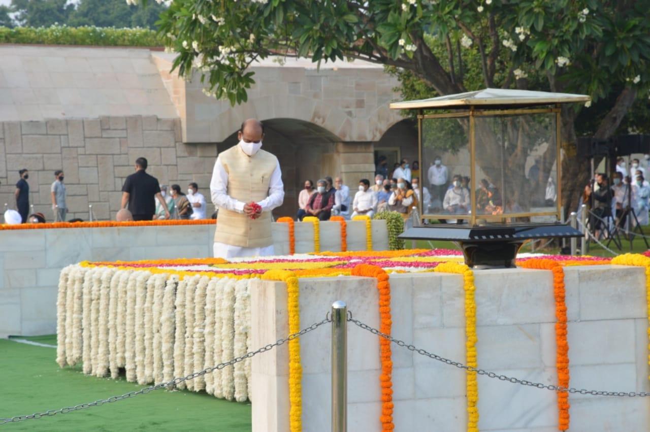 नई दिल्ली में शनिवार 2 अक्टूबर को गांधी जी की जयंती के अवसर पर राजघाट में पुष्पांजलि अर्पित करते लोकसभा अध्यक्ष ओम बिरला। फोटो गणेश बिष्ट
