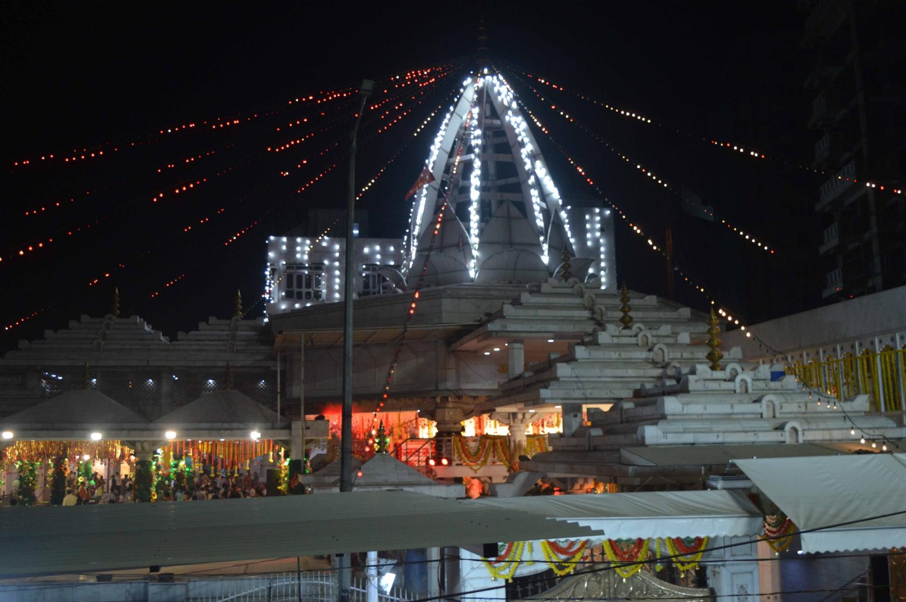 नई दिल्ली, बुधवार 06 अक्टूबर। नवरात्र की शुरूआत के एक दिन पूर्व, संध्या में रोशनी से जगमगाता झंडेवाली माता मंदिर का दृश्य। फोटो गणेश बिष्ट