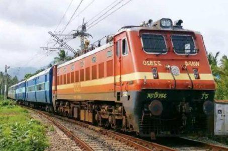 मुंबई के कसारा में पहाड़ी का हिस्सा धसकने से मध्य रेलवे की सेवा बाधित,11 गाड़ियां रद्द