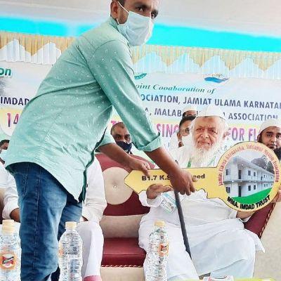 कर्नाटकः बाढ़ से बेघर 16 परिवारों को जमीयत अध्यक्ष मदनी ने सौंपी मकानों की चाभियां