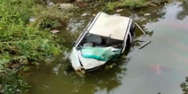 कांकेर : अनियंत्रित कार छोटे पूल से नीचे गिरी एक की मौत, दो गंभीर